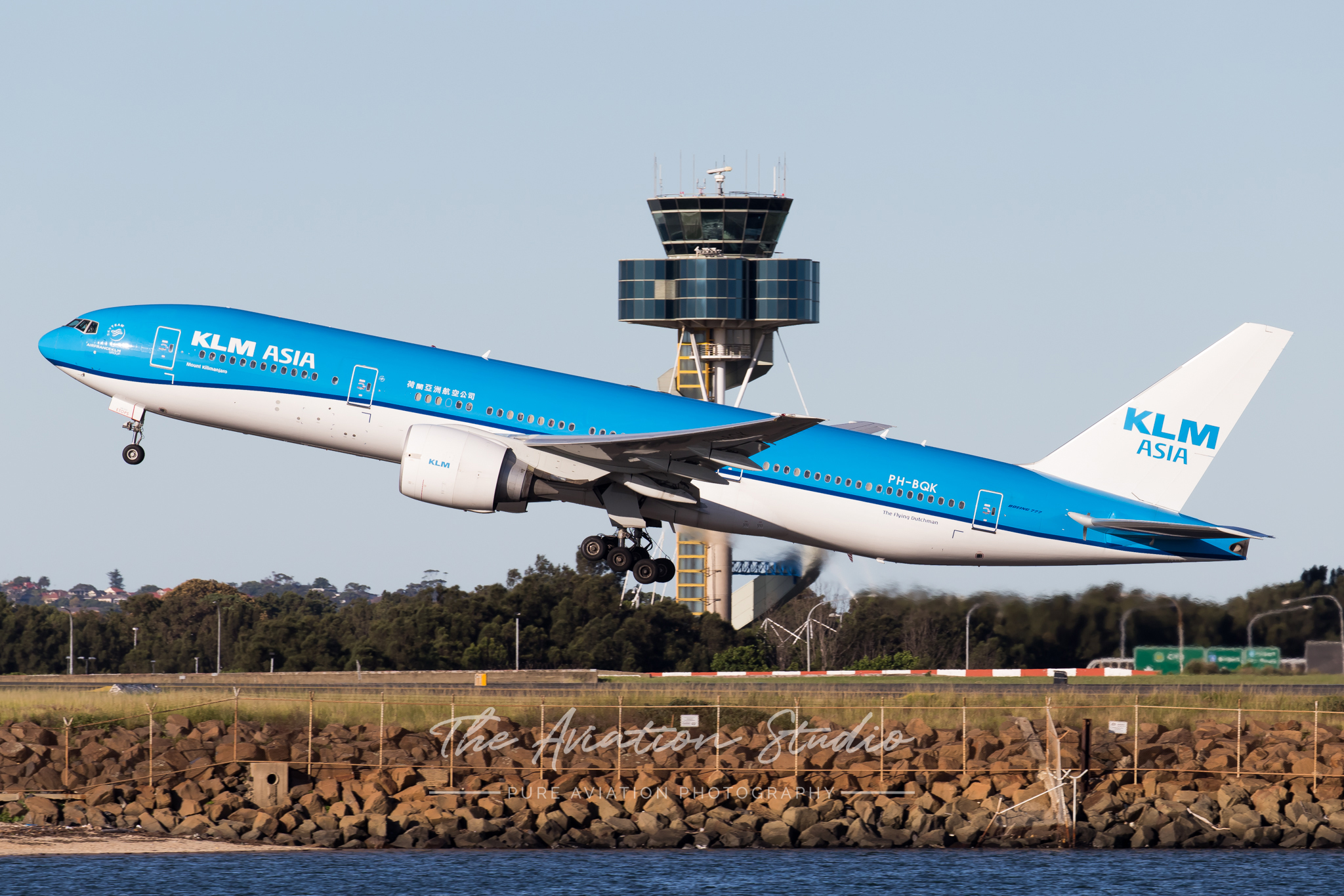 KLM Boeing 777-200ER PH-BQK taking off from Sydney bound for Kuala Lumpur (Image: Rory Delaney)